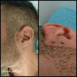 Sideburn piercing realizado con una pieza de titanio