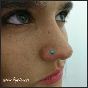 Piercing nostril realizado con pieza de titanio con piedra de ópalo
