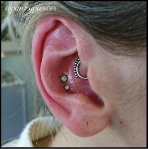 Doble conch con piezas de rosca interna en titanio y joyería de ópalo, también en titanio.