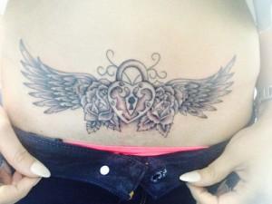 Tatuaje de candados con alas