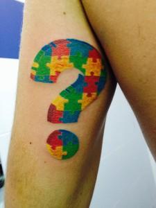 Tatuaje de interrogación en forma de puzzle