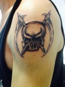 Tatuaje de calavera con espadas