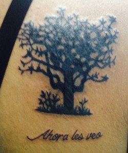 Tatuaje de árbol con frase