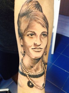 Tatuaje de retrato de mujer en brazo