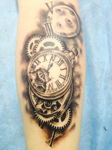 Tatuaje de reloj antigüo con mecanismo