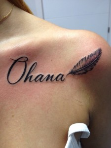 Tatuaje de lettering con la palabra Ohana
