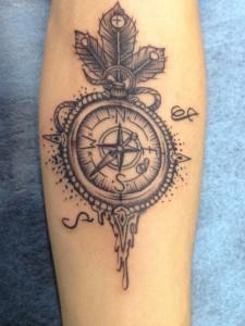 Tatuaje de brúula en brazo