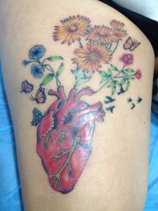 Tatuaje de corazón con flores