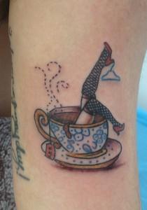 Tatuaje de piernas saliendo de taza de café