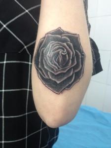 Tatuaje de rosa negra en brazo