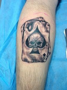Tatuaje de cartas de póker con calavera