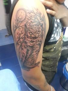 Tatuaje de buho sobre rama y luna llena de fondo