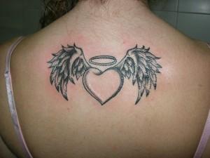 Tatuaje de corazón con alas