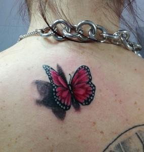 Tatuaje de mariposa roja en espalda