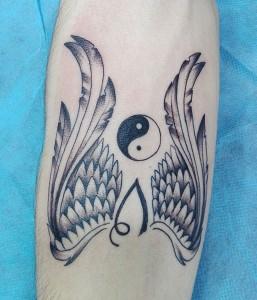 Tatuaje de alas y yin y yang