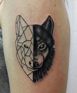 Tatuaje de cabeza de lobo geométrico