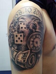 Tatuaje de reloj, fajo de billetes y dados