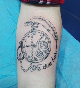 Tatuaje de reloj y lettering