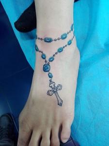 Tatuaje de crucifijo en pie