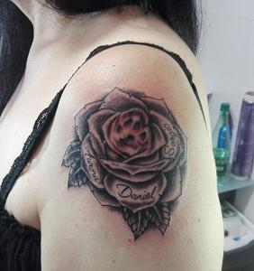 Tatuaje de rosa negra realizado en nuestro centro de Montera de Madrid