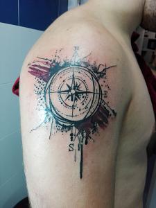 Tatuaje de Estrella de los Vientos realizado en nuestro centro de Montera de Madrid