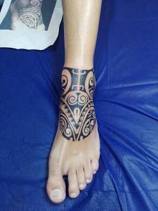 Tatuaje maorí en pie realizado en nuestro centro de Montera de Madrid