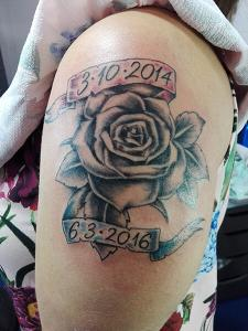 Tatuaje de rosas con fechas realizado en nuestro centro de Montera de Madrid