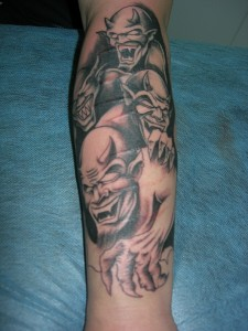 Tatuaje de varios demonios