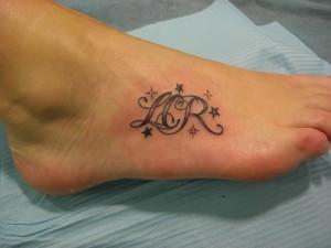 Tatuaje de lettering en empeine