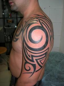 Tatuaje tribal en brazo