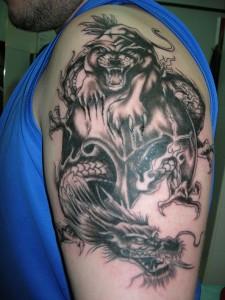 Tatuaje de puma contra dragón