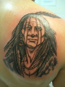 Tatuaje de indio en la espalda