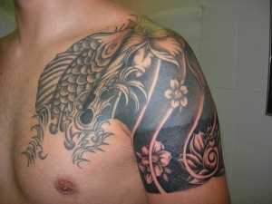 Tatuaje de pez y flores