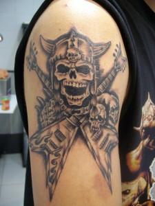 Tatuaje de calavera con guitarras eléctricas