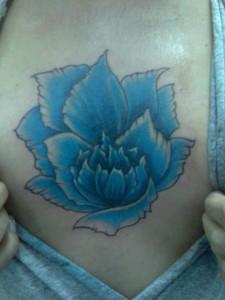 Tatuaje de gran flor azul en pecho