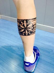 Tatuaje ribal en la zona del gemelo