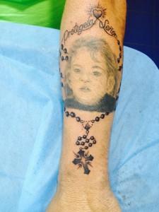 Tatuaje de retrato con rosario