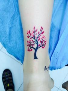 Tatuaje de árbol rojo