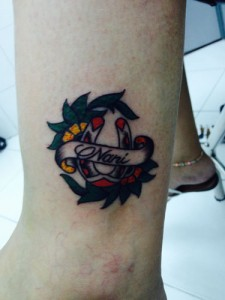Tatuaje de herradura con el nombre de Dani