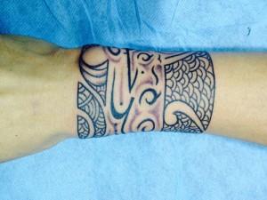 Tatuaje tribal en muñeca