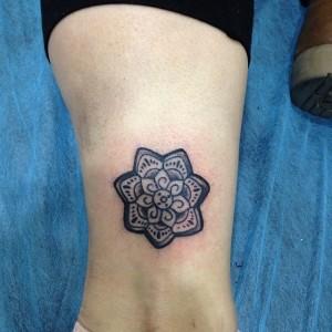 Tatuaje de flor en estrella