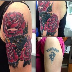 Tatuaje cover up de rosas rojas