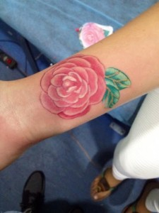 Tatuaje de rosa en muñeca