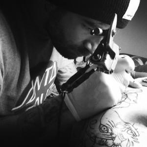 Nuestro tatuador Toñe realizando un tatuaje en nuestro centro de La Vaguada - Madrid
