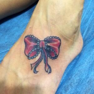 Tatuaje de lazo rojo