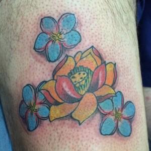 Tatuaje de flores amarillas y azules