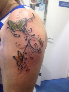 Tatuaje de flores y mariposas