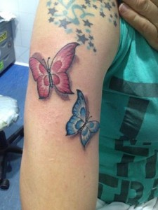 Tatuaje de mariposa azul y roja