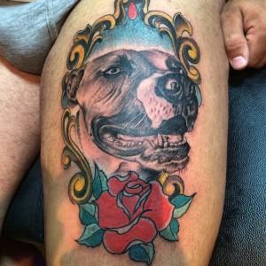 Tatuaje de retrato de perro y rosa