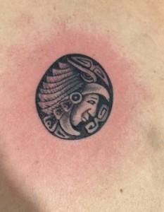 Tatuaje de cabeza de griego